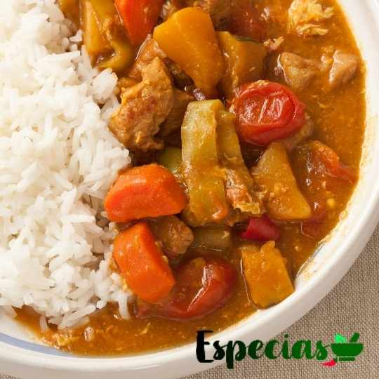 Comida típica hindú con curry, arroz y vegetales. El comino negro le aporta sabor y muchos beneficios.